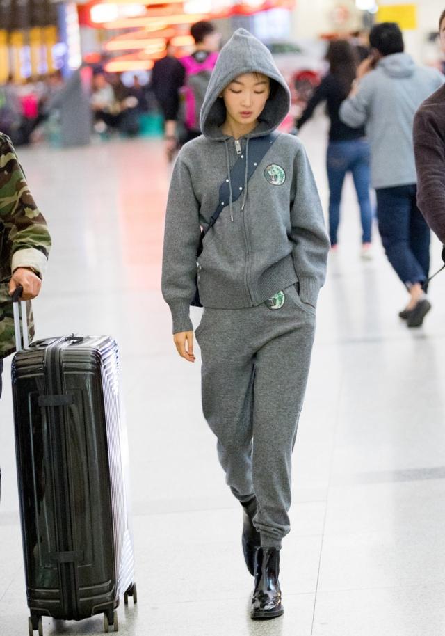 Chán lồng lộn, hàng loạt sao Hoa ngữ rủ nhau mặc nguyên bộ thể thao ra sân bay - Ảnh 5.