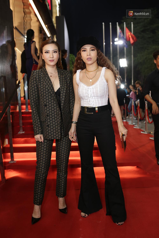 Angela Phương Trinh & Chi Pu quá đỗi sành điệu, công phá thảm đỏ sự kiện ra mắt H&M Việt Nam - Ảnh 26.