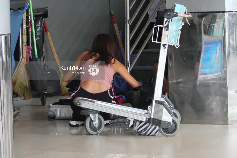 Bắt gặp Minh Tú trốn ở một góc sân bay và loay hoay với vali hành lí của mình - Ảnh 5.