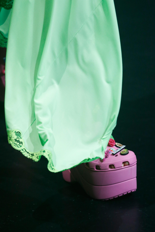Balenciaga kết hợp với Crocs cho ra mắt mẫu dép đi mưa khó tả nhất mùa Paris Fashion Week năm nay - Ảnh 7.