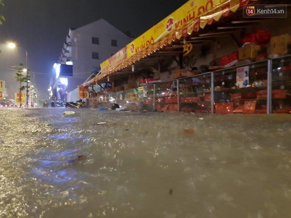 Đường phố Sài Gòn ngập lênh láng sau cơn mưa lớn đêm Trung thu, nhiều phương tiện chết máy giữa biển nước - Ảnh 6.