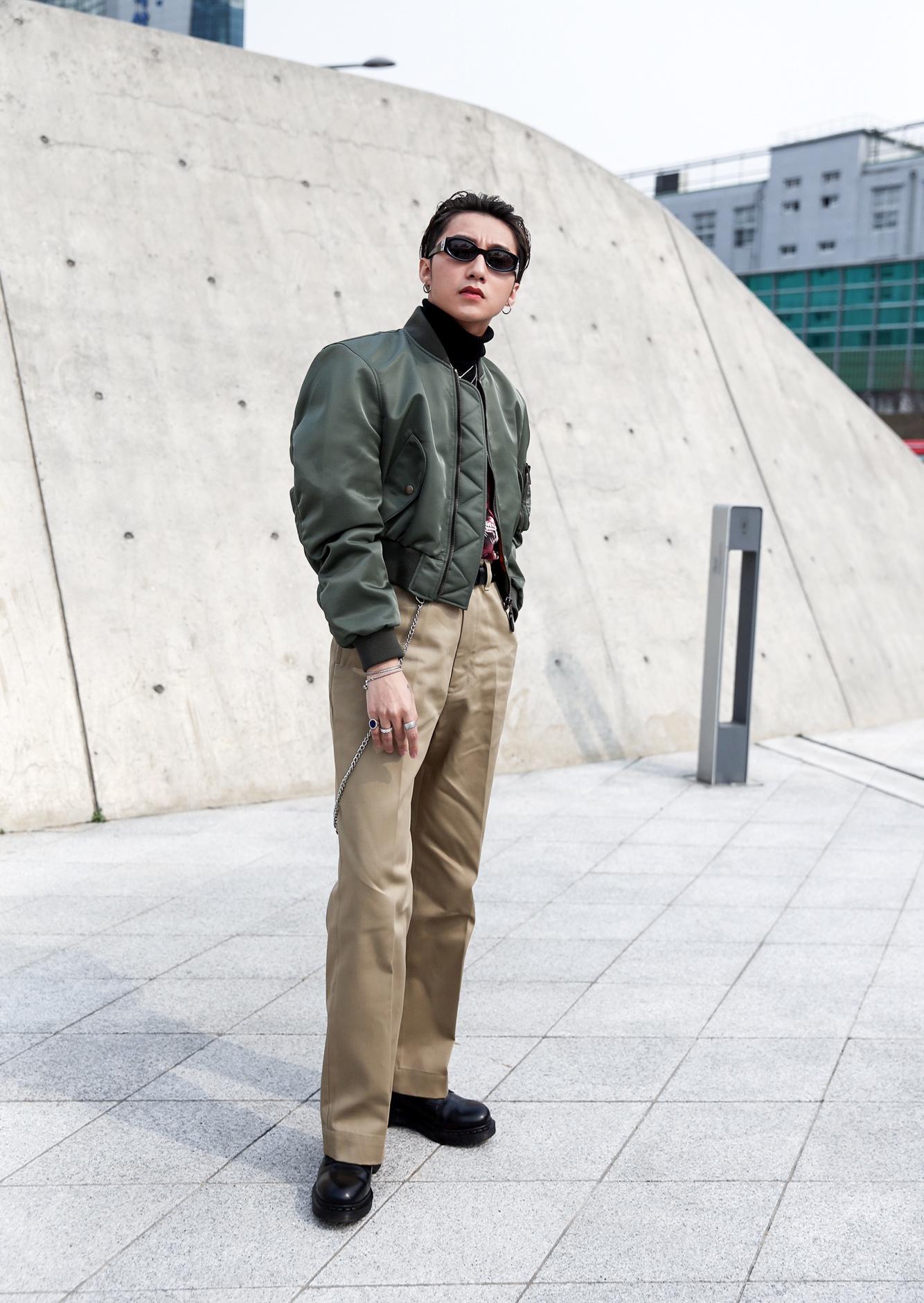 Ngạc nhiên chưa: Quần khaki ống rộng thời của bố mà Sơn Tùng từng mặc đang là hot trend của con gái khắp châu Á - Ảnh 5.