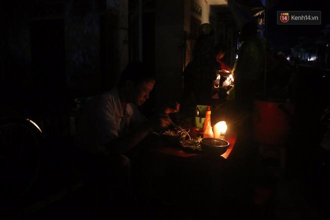 Hai ngày sau khi cơn bão số 12 đi qua, người dân Khánh Hòa vẫn chật vật sống trong bóng đêm vì mất điện - Ảnh 5.