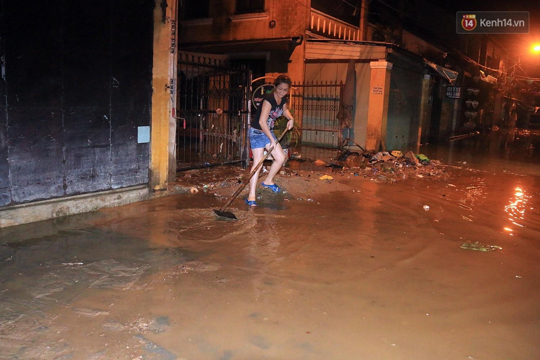 Người dân Hội An trắng đêm lau dọn hàng hóa, nhà cửa khi nước lũ vừa rút - Ảnh 10.