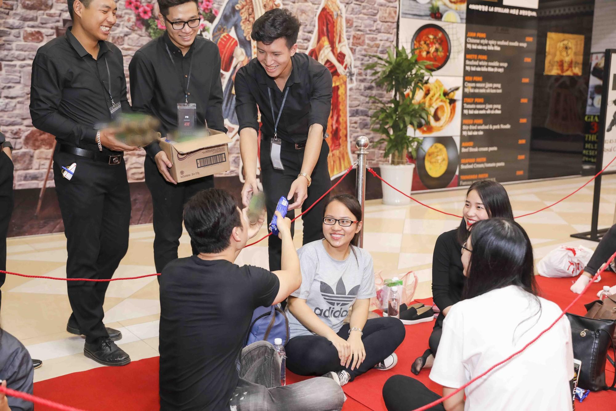 Khai trương H&M Hà Nội: Có hơn 2.000 người đổ về, các bạn trẻ vẫn phải xếp hàng dài chờ được vào mua sắm - Ảnh 38.