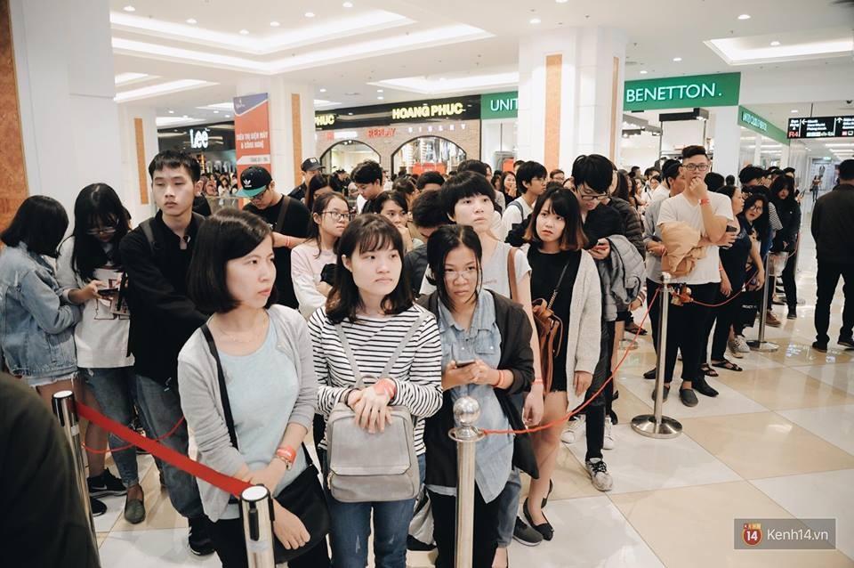 Khai trương H&M Hà Nội: Có hơn 2.000 người đổ về, các bạn trẻ vẫn phải xếp hàng dài chờ được vào mua sắm - Ảnh 5.