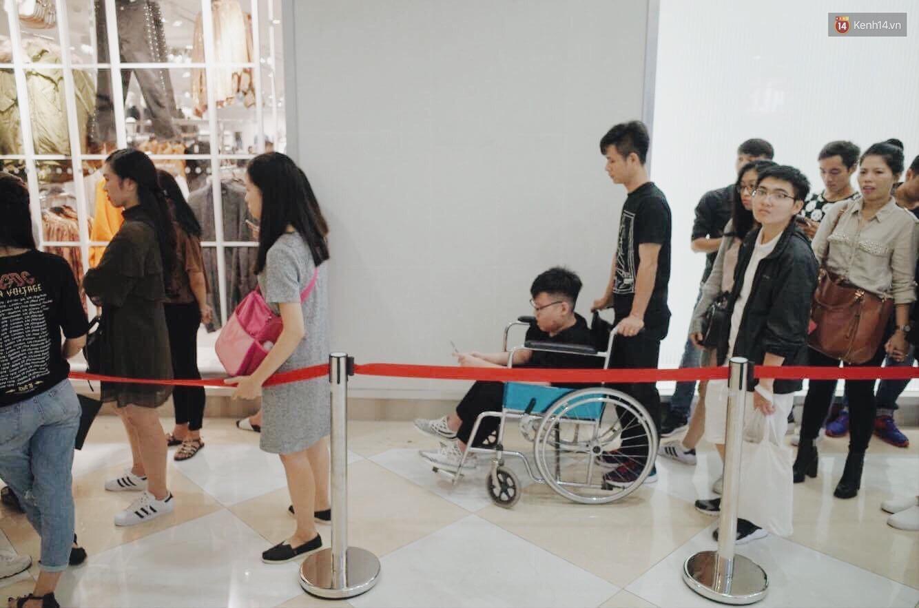 Sau ngày khai trương, store H&M Hà Nội bớt đông đúc nhưng khách vẫn xếp hàng dài chờ vào mua sắm - Ảnh 9.