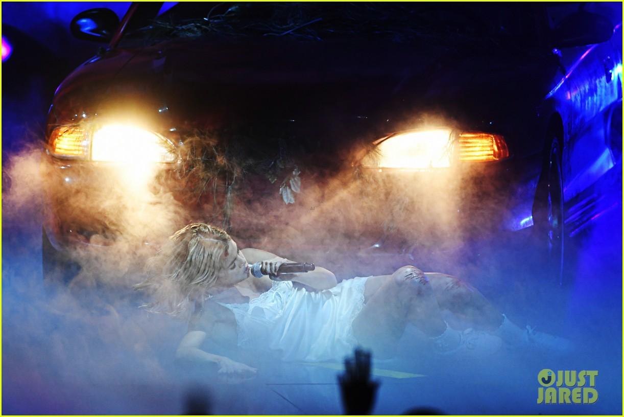 Clip: Lần đầu vàng hoe trên sân khấu nhưng Selena Gomez kém lung linh hẳn vì tóc bết - Ảnh 6.