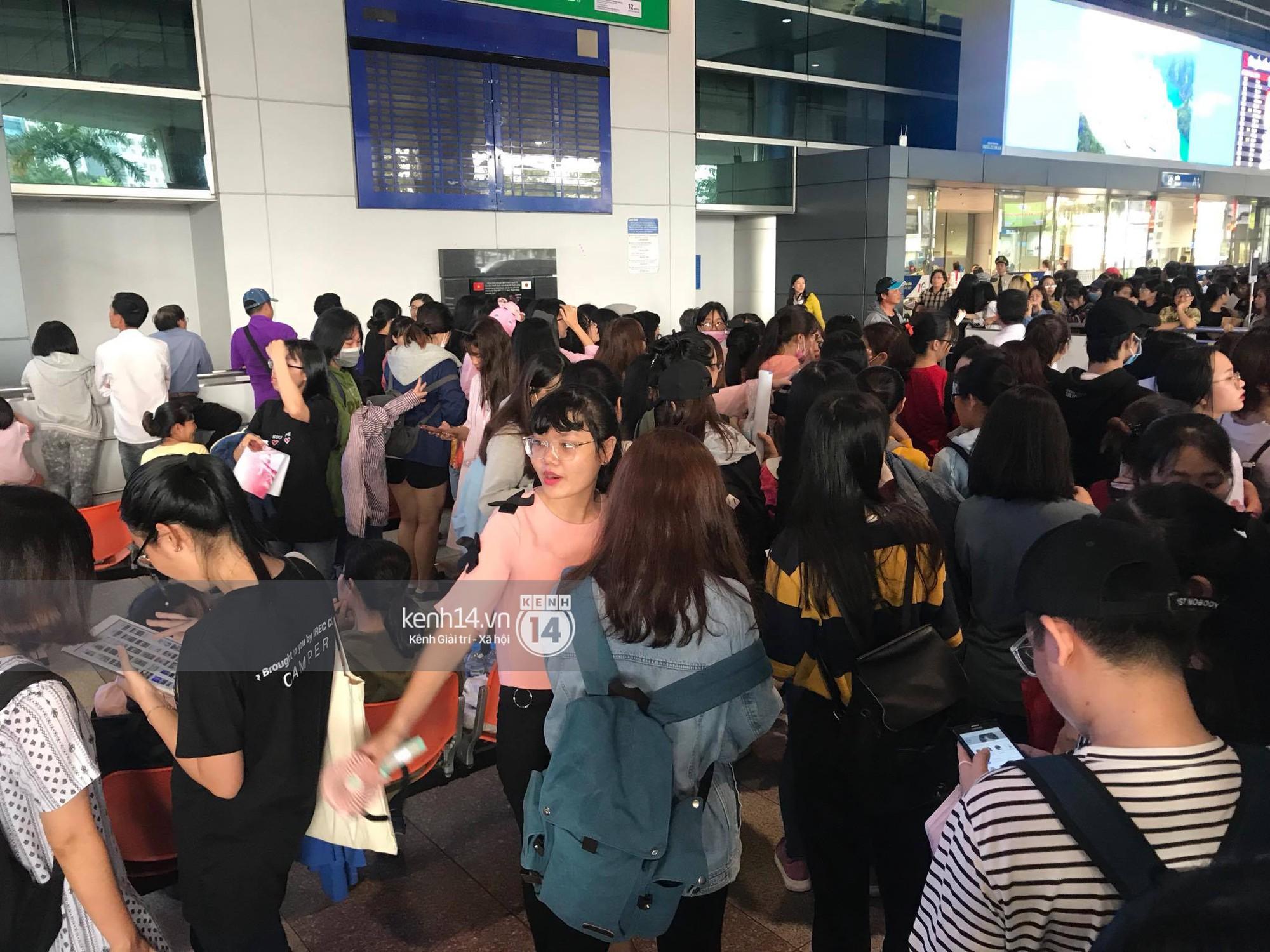 Fan Việt chiếm đóng nửa sân bay Tân Sơn Nhất chỉ để đón chờ WANNA ONE - Ảnh 6.