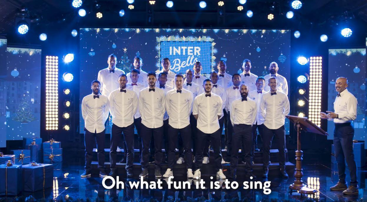 Dàn trai đẹp Inter Milan diện sơ mi trắng, hát nhạc Giáng sinh - Ảnh 2.