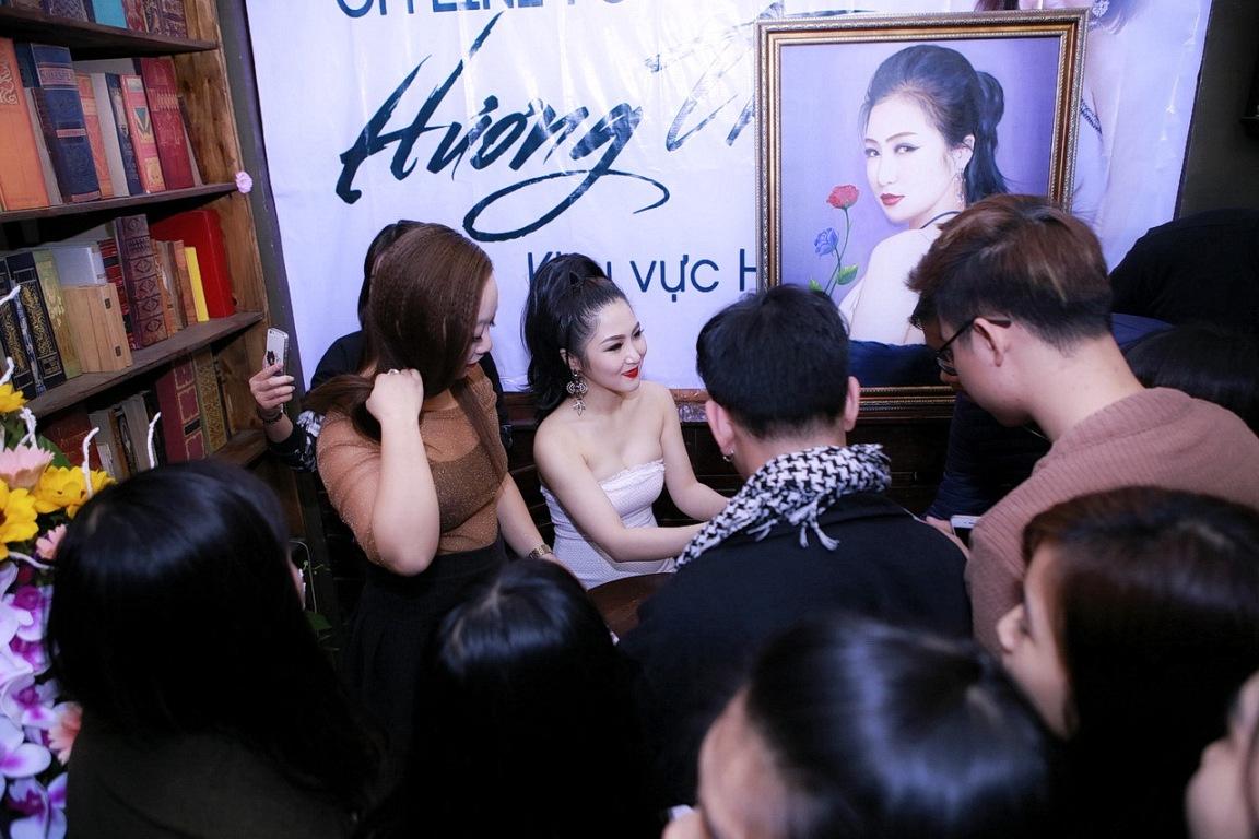Hương Tràm diện váy quây gợi cảm, hạnh phúc khi được fan Hà Nội liên tục ôm hôn - Ảnh 2.