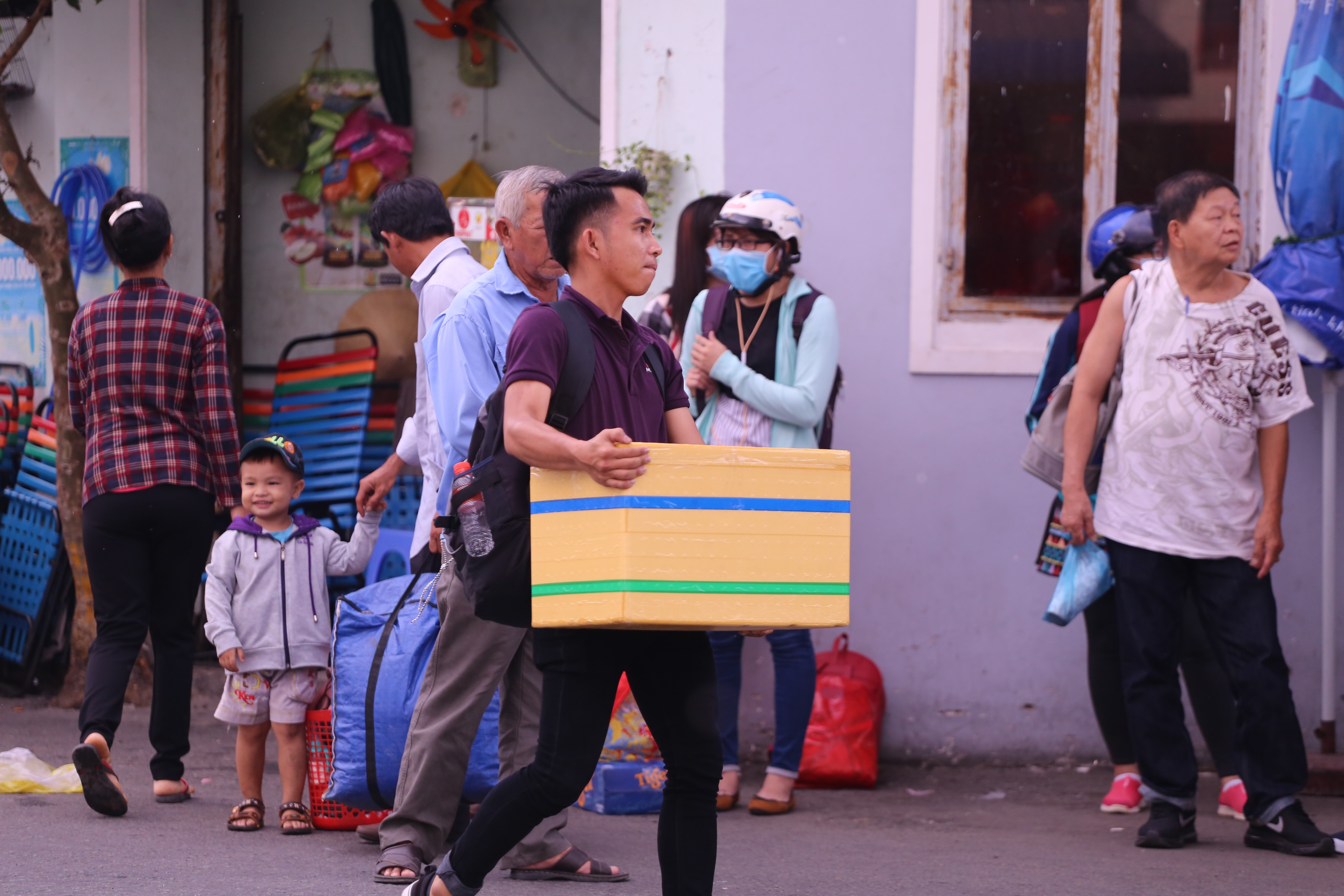 Kết thúc kỳ nghỉ lễ, người dân lỉnh kỉnh đồ đạc, mang theo trẻ nhỏ ùn ùn trở lại Hà Nội và Sài Gòn - Ảnh 27.