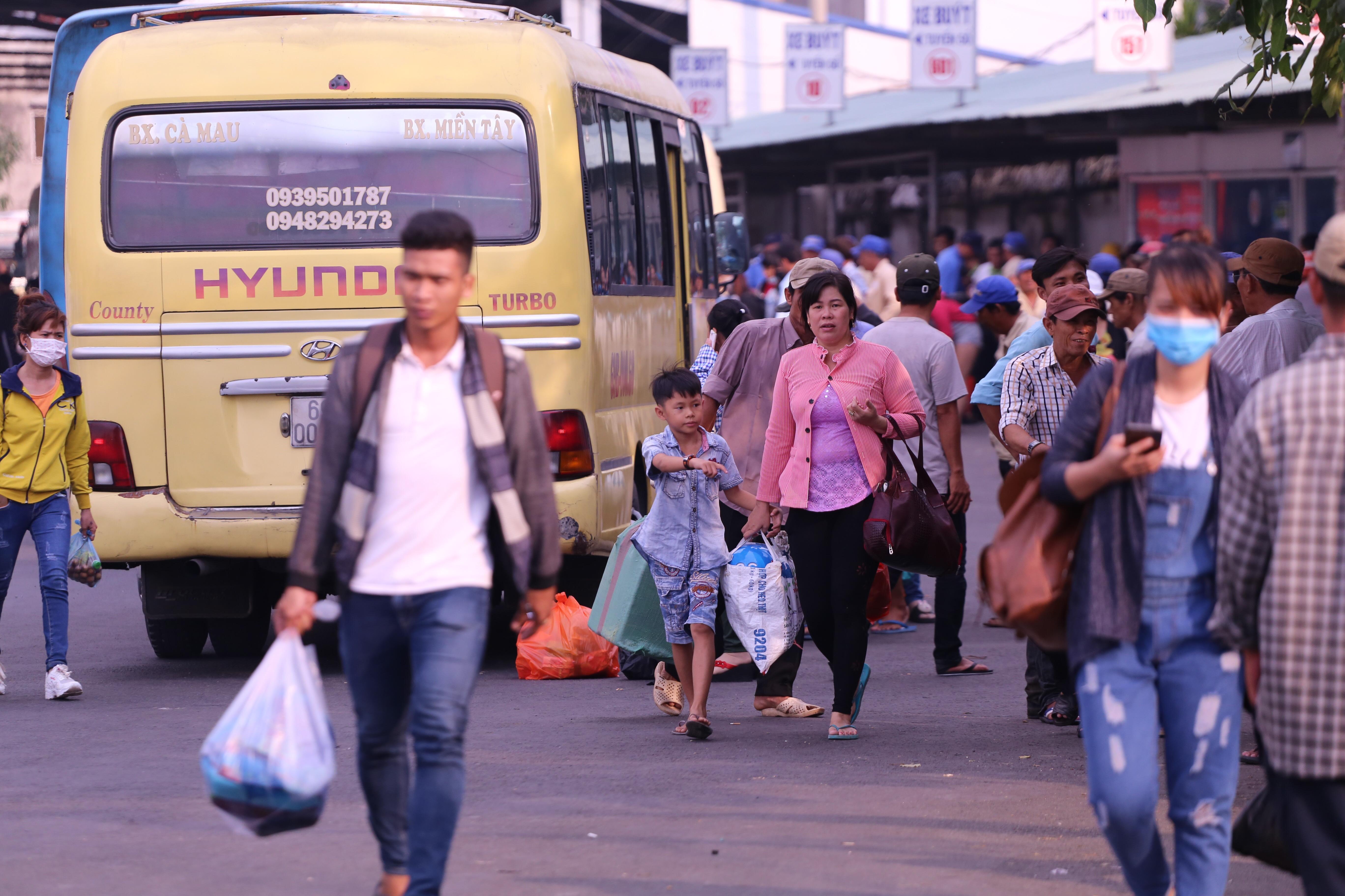 Kết thúc kỳ nghỉ lễ, người dân lỉnh kỉnh đồ đạc, mang theo trẻ nhỏ ùn ùn trở lại Hà Nội và Sài Gòn - Ảnh 26.