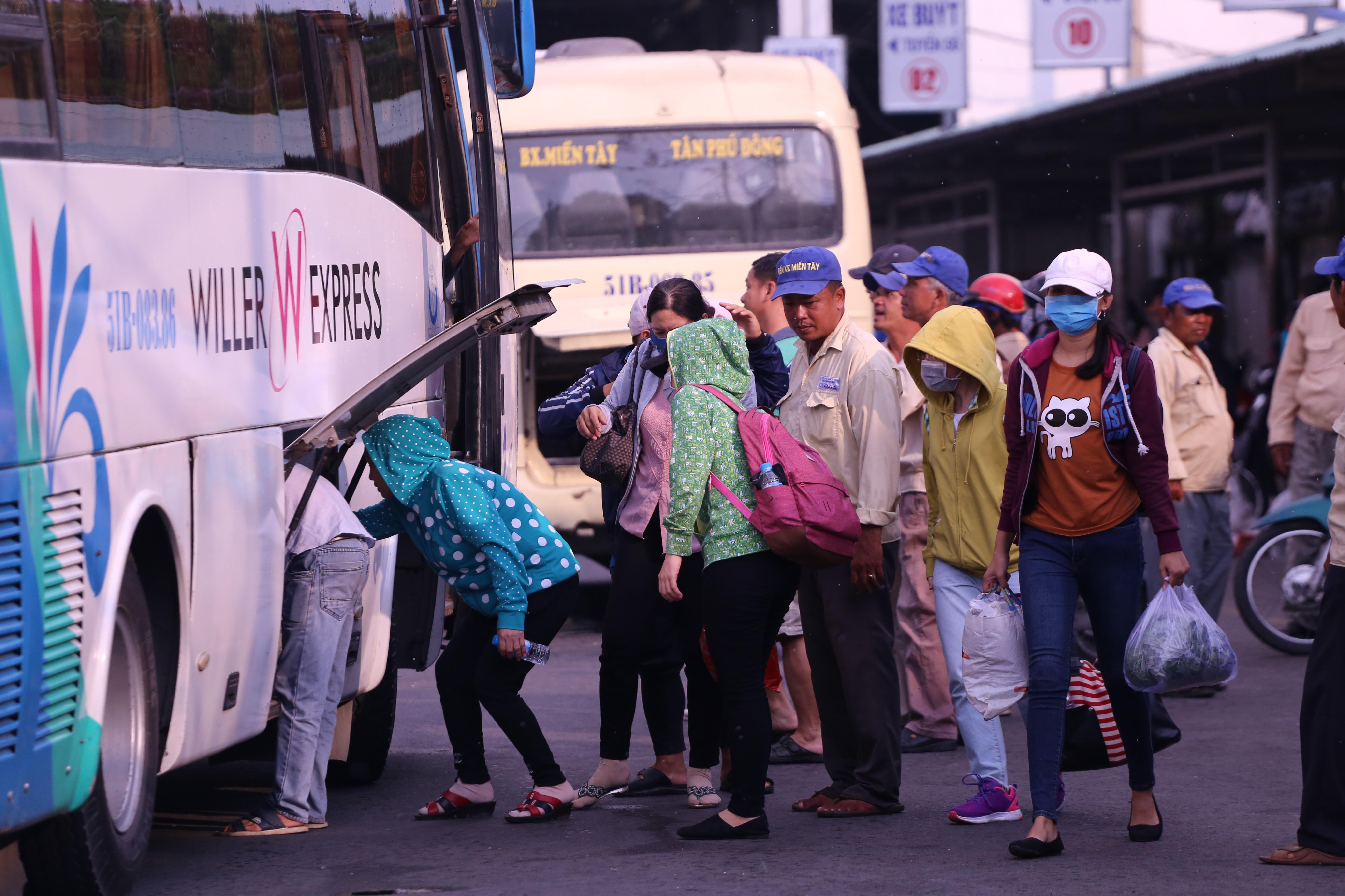 Kết thúc kỳ nghỉ lễ, người dân lỉnh kỉnh đồ đạc, mang theo trẻ nhỏ ùn ùn trở lại Hà Nội và Sài Gòn - Ảnh 25.
