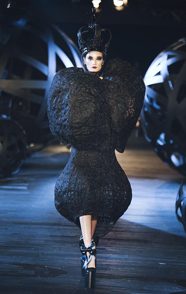 Kỳ lạ: Thiết kế mới nhất của Comme des Garçons giông giống sáng tạo của Đỗ Mạnh Cường - Ảnh 4.
