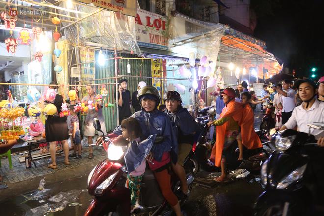 Chùm ảnh: Mưa lớn đêm trung thu, người Sài Gòn và du khách nước ngoài mặc áo mưa dạo phố lồng đèn - Ảnh 2.