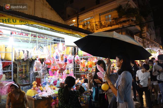 Chùm ảnh: Mưa lớn đêm trung thu, người Sài Gòn và du khách nước ngoài mặc áo mưa dạo phố lồng đèn - Ảnh 3.