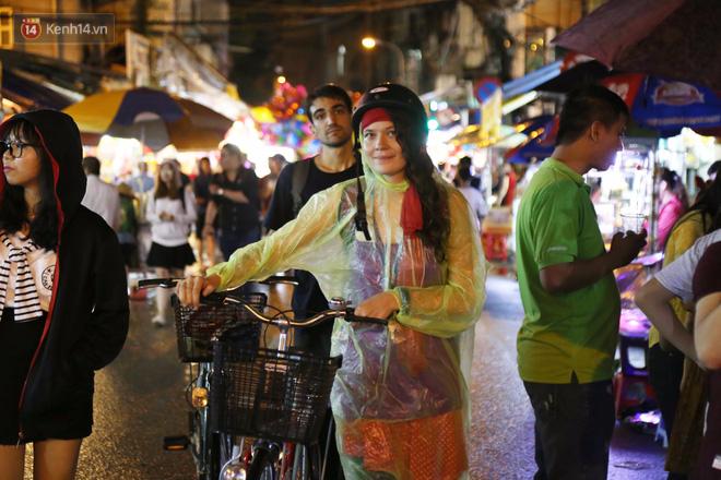 Chùm ảnh: Mưa lớn đêm trung thu, người Sài Gòn và du khách nước ngoài mặc áo mưa dạo phố lồng đèn - Ảnh 4.
