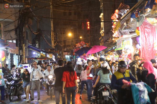 Chùm ảnh: Mưa lớn đêm trung thu, người Sài Gòn và du khách nước ngoài mặc áo mưa dạo phố lồng đèn - Ảnh 5.