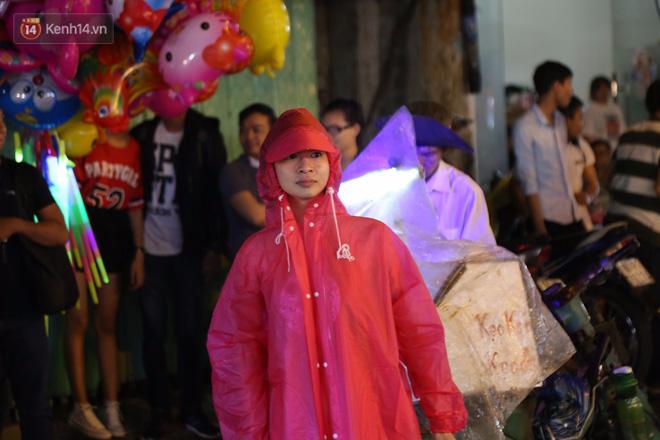 Chùm ảnh: Mưa lớn đêm trung thu, người Sài Gòn và du khách nước ngoài mặc áo mưa dạo phố lồng đèn - Ảnh 6.
