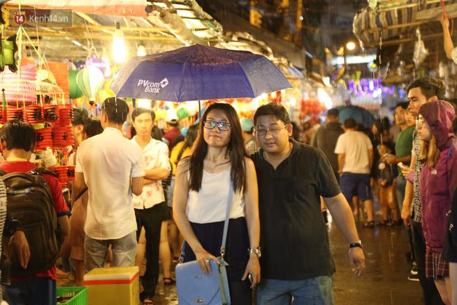 Chùm ảnh: Mưa lớn đêm trung thu, người Sài Gòn và du khách nước ngoài mặc áo mưa dạo phố lồng đèn - Ảnh 7.