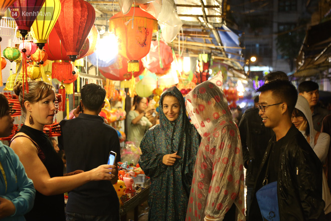 Chùm ảnh: Mưa lớn đêm trung thu, người Sài Gòn và du khách nước ngoài mặc áo mưa dạo phố lồng đèn - Ảnh 9.