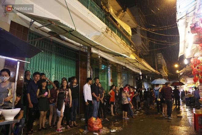 Chùm ảnh: Mưa lớn đêm trung thu, người Sài Gòn và du khách nước ngoài mặc áo mưa dạo phố lồng đèn - Ảnh 1.