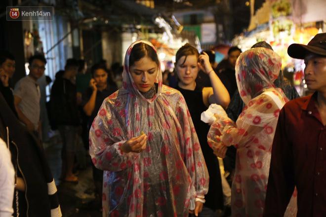 Chùm ảnh: Mưa lớn đêm trung thu, người Sài Gòn và du khách nước ngoài mặc áo mưa dạo phố lồng đèn - Ảnh 11.