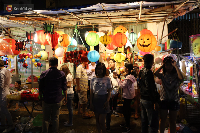 Chùm ảnh: Mưa lớn đêm trung thu, người Sài Gòn và du khách nước ngoài mặc áo mưa dạo phố lồng đèn - Ảnh 12.