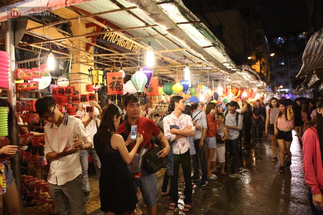 Chùm ảnh: Mưa lớn đêm trung thu, người Sài Gòn và du khách nước ngoài mặc áo mưa dạo phố lồng đèn - Ảnh 13.