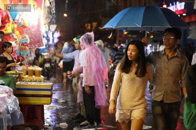 Chùm ảnh: Mưa lớn đêm trung thu, người Sài Gòn và du khách nước ngoài mặc áo mưa dạo phố lồng đèn - Ảnh 8.