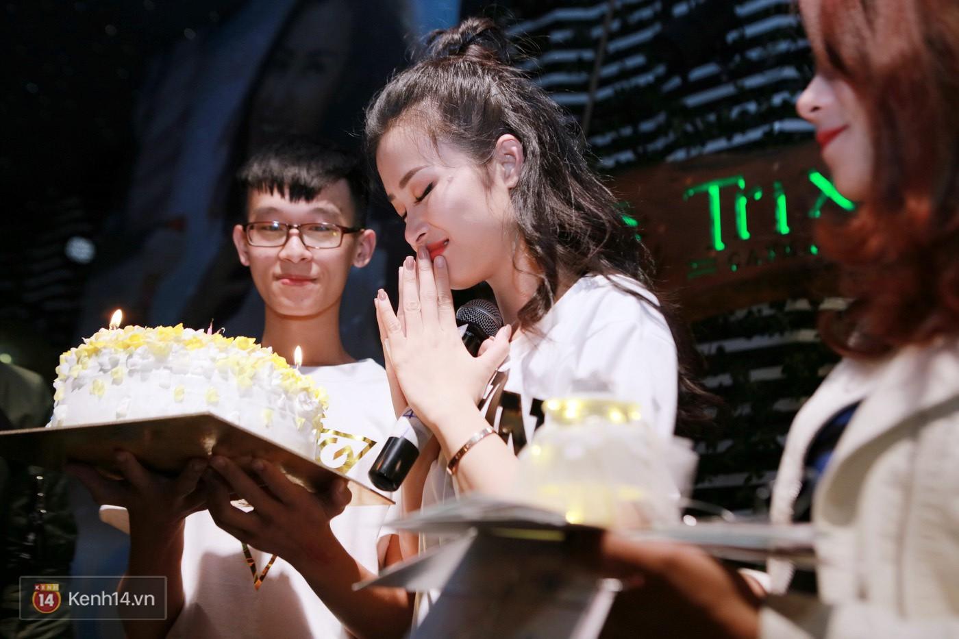 Đông Nhi nghẹn ngào rơi nước mắt trước tình cảm của fan Hà thành trong buổi fan-meeting - Ảnh 14.