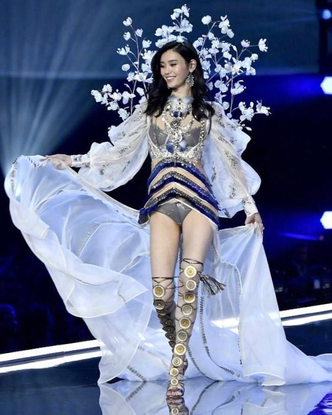 Lộ ảnh cổ chân sưng to, tấy đỏ của Ming Xi sau cú ngã trời giáng tại Victorias Secret Fashion Show - Ảnh 1.