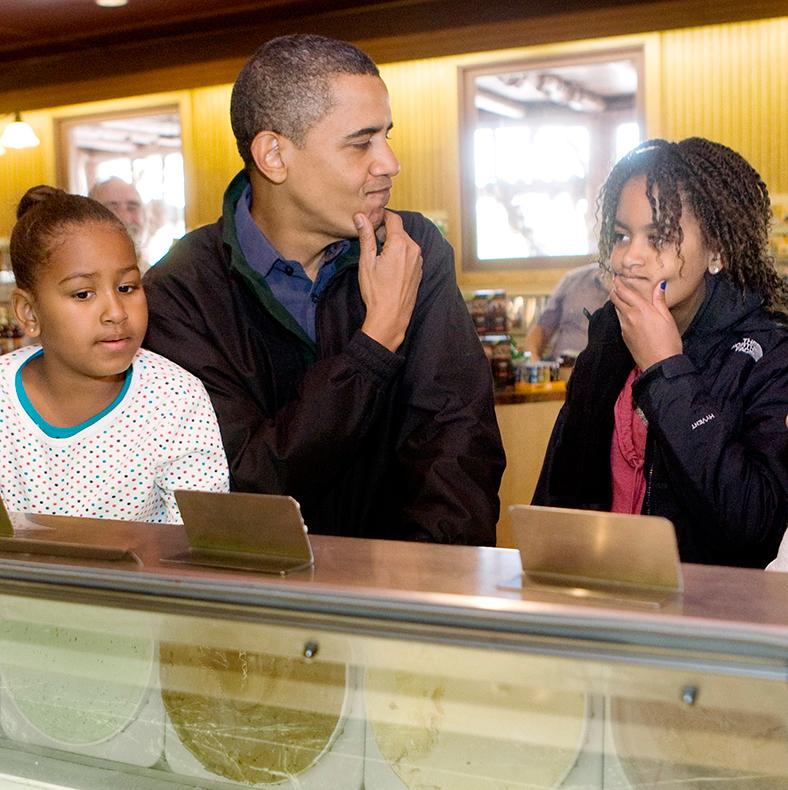 Những khoảnh khắc đáng nhớ bên vợ con của Tổng thống Obama trong 8 năm đương nhiệm - Ảnh 11.