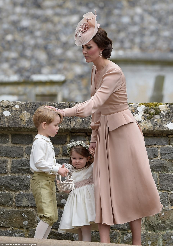 Hoàng tử nhí Anh Quốc bị mẹ mắng trong lễ cưới của dì ruột, vừa đi vừa khóc tu tu - Ảnh 9.