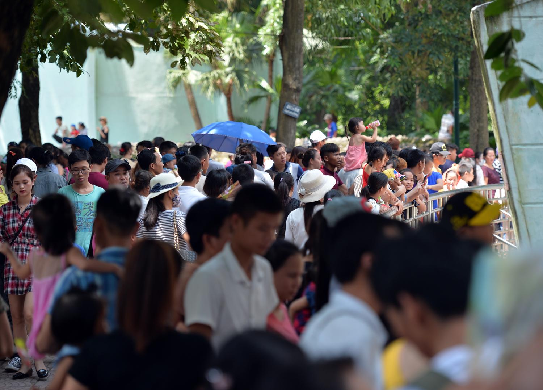 Chùm ảnh: Biển người đổ về khu vui chơi ở Hà Nội trong ngày đầu nghỉ lễ Quốc khánh - Ảnh 6.