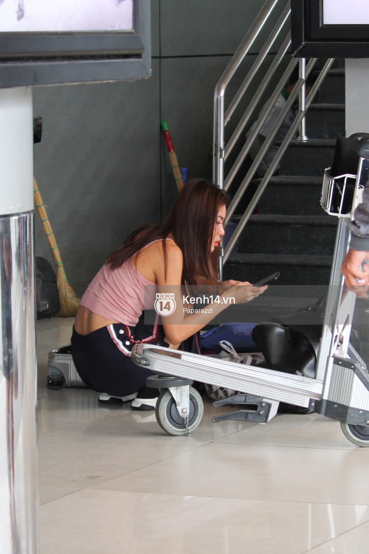 Bắt gặp Minh Tú trốn ở một góc sân bay và loay hoay với vali hành lí của mình - Ảnh 6.