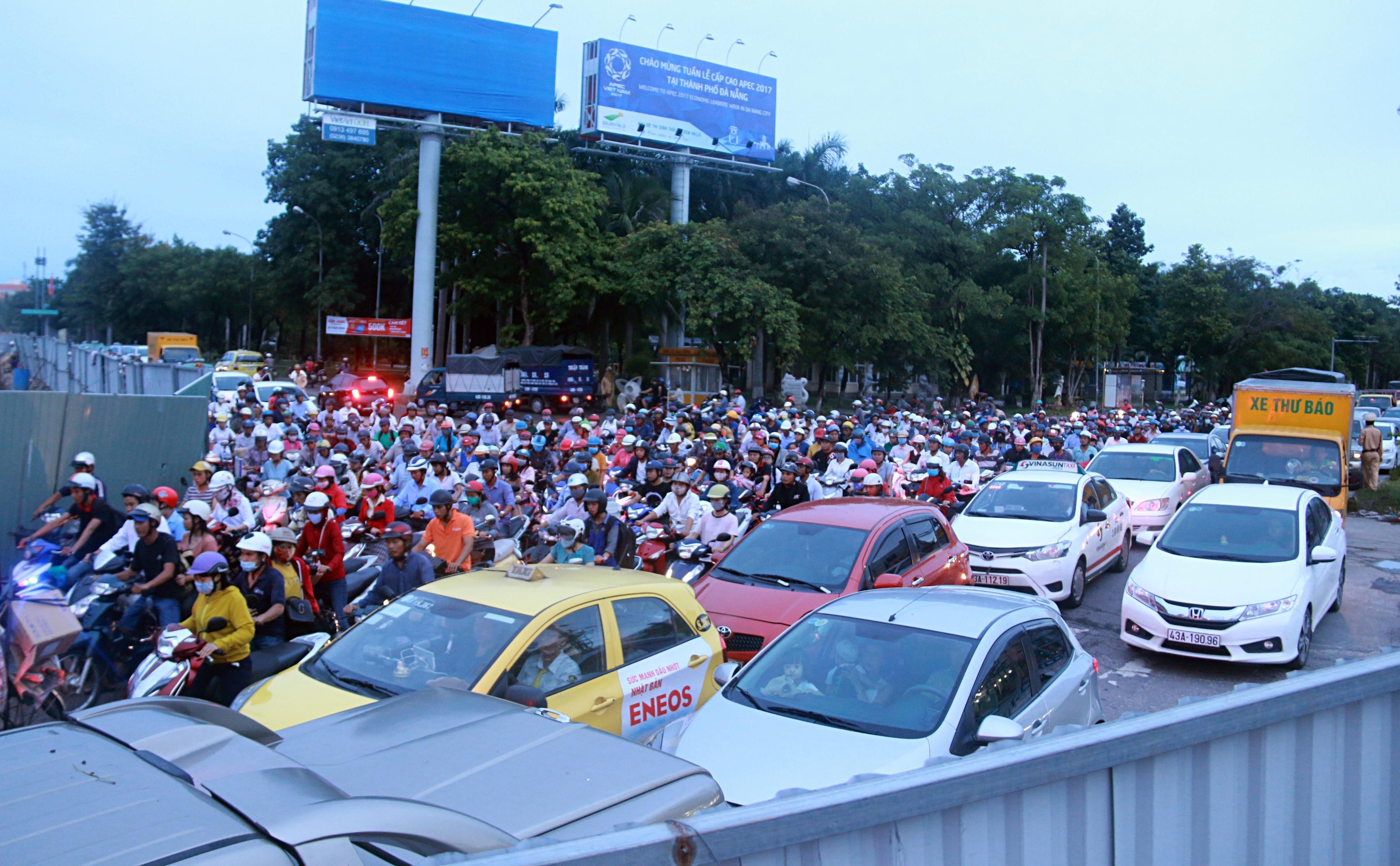 Chùm ảnh: Công trình hầm chui chậm tiến độ, người dân Đà Nẵng mệt mỏi trước cảnh hàng ngàn phương tiện ùn ứ kéo dài - Ảnh 2.