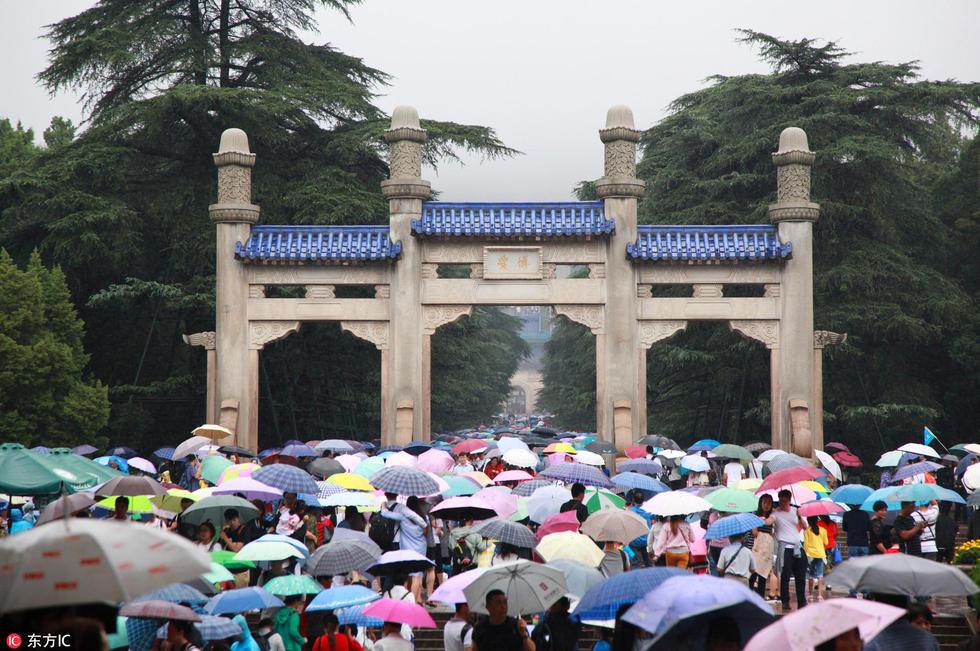 Nghỉ lễ theo phong cách biển người ở Trung Quốc: Ngày đầu kẹt xe, ngày giữa chen chúc, ngày cuối tắc đường - Ảnh 7.