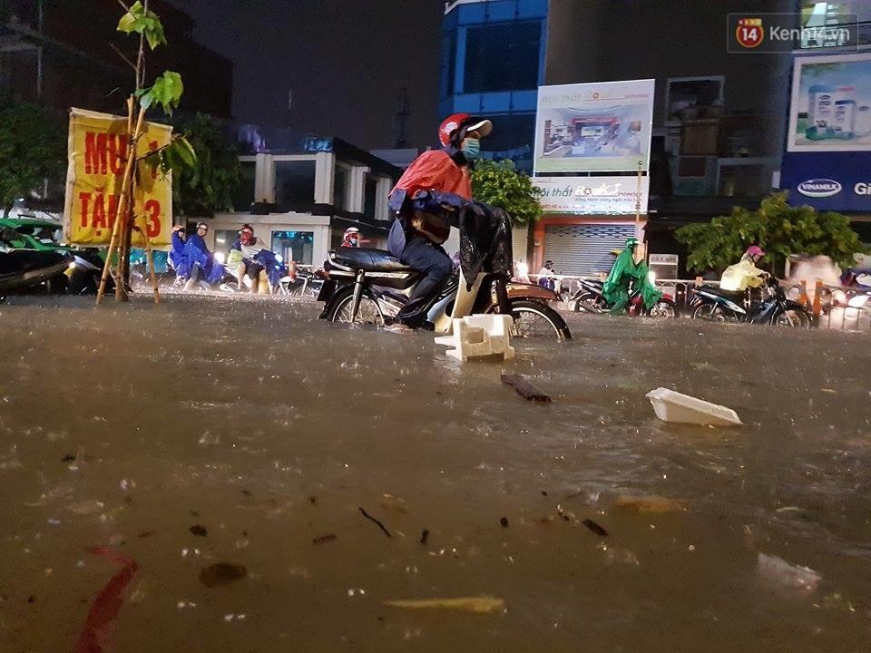 Đường phố Sài Gòn ngập lênh láng sau cơn mưa lớn đêm Trung thu, nhiều phương tiện chết máy giữa biển nước - Ảnh 7.