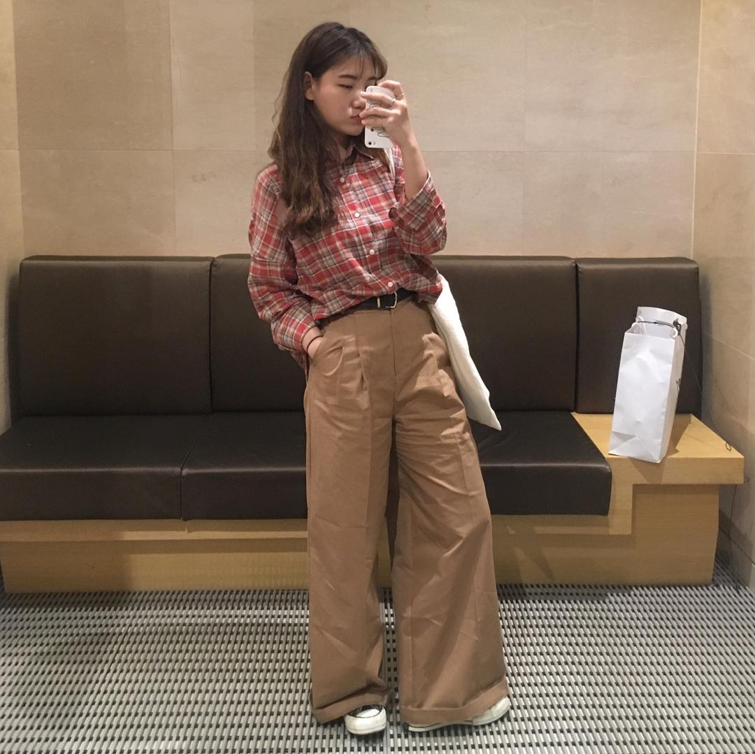 Ngạc nhiên chưa: Quần khaki ống rộng thời của bố mà Sơn Tùng từng mặc đang là hot trend của con gái khắp châu Á - Ảnh 6.
