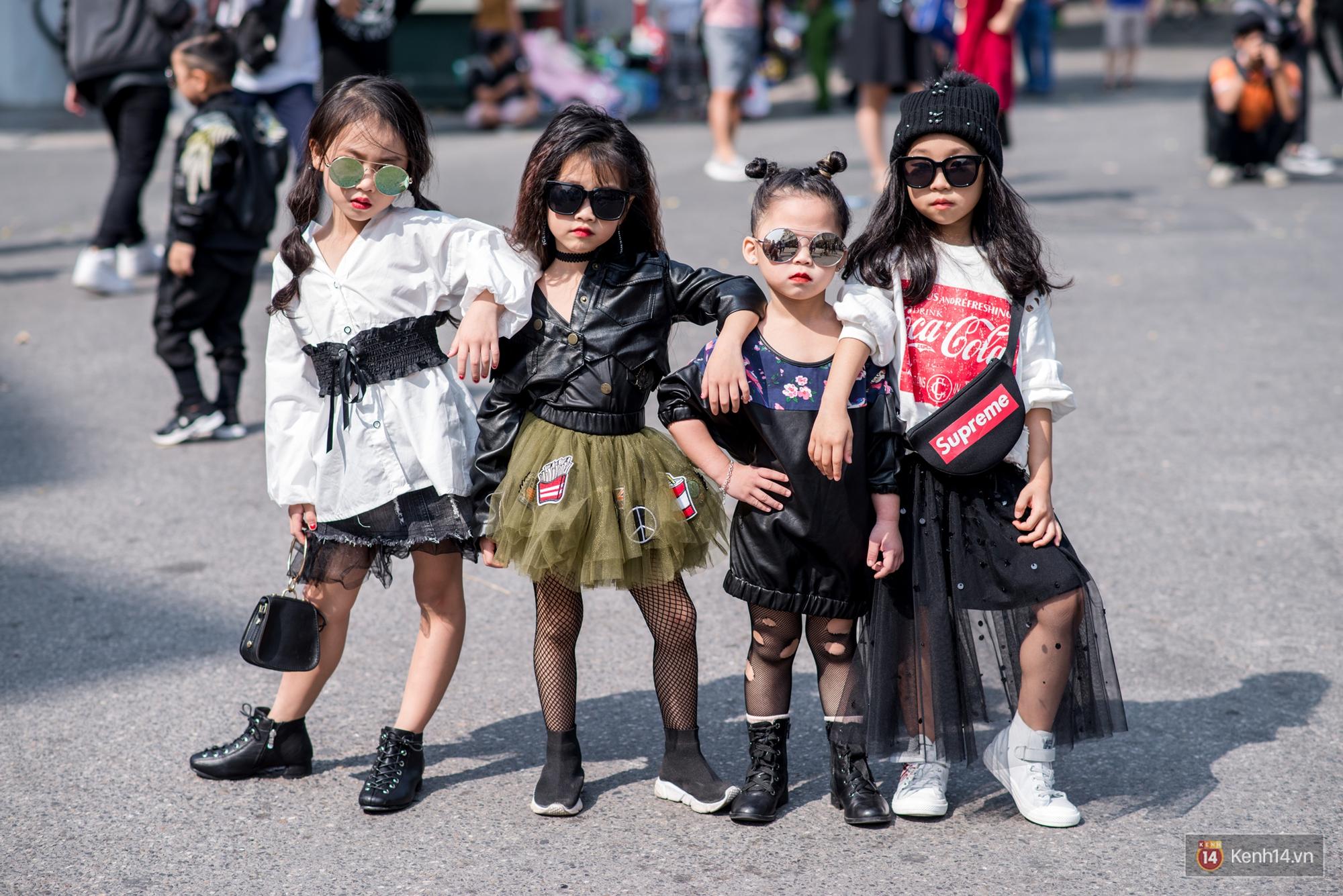 Street style ngày đầu VIFW: Giới trẻ Hà Nội ăn vận lồng lộn hơn hẳn năm trước, các nhóc tì mặc chất gây bão phố đi bộ - Ảnh 22.