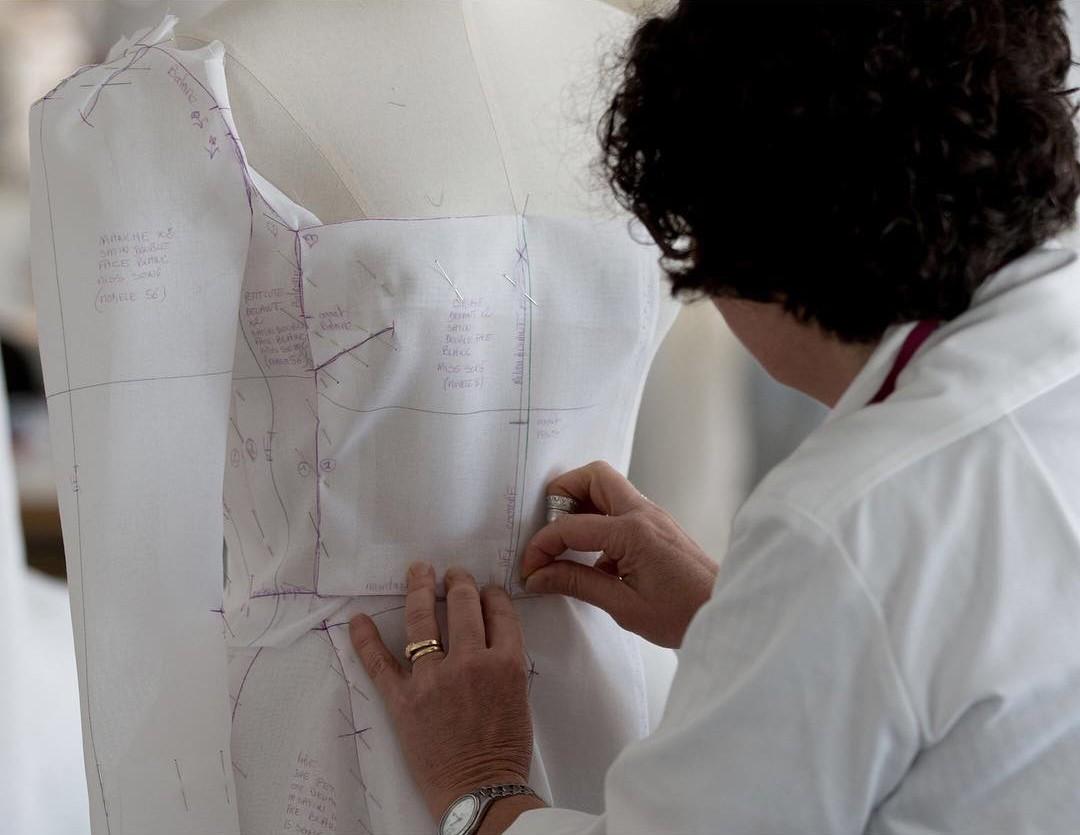 Nhà mốt Dior hé lộ những bức hình hiếm có về quá trình tạo nên chiếc váy cưới độc nhất vô nhị cho Song Hye Kyo - Ảnh 7.