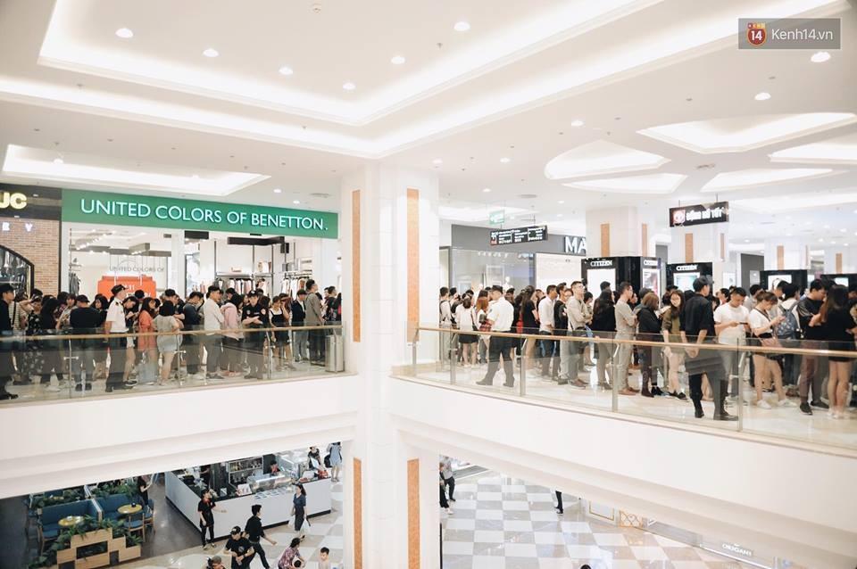 Khai trương H&M Hà Nội: Có hơn 2.000 người đổ về, các bạn trẻ vẫn phải xếp hàng dài chờ được vào mua sắm - Ảnh 8.