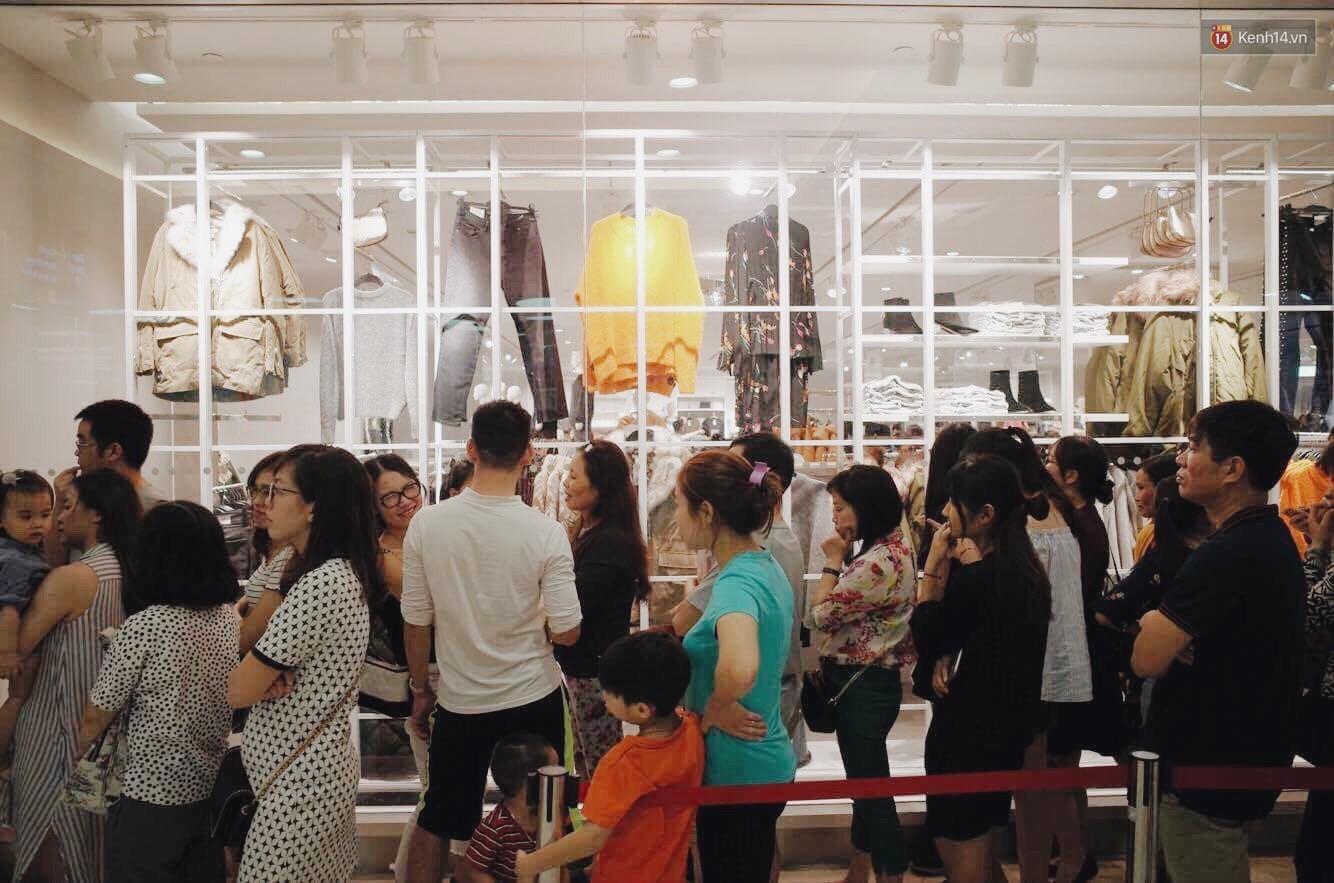 Sau ngày khai trương, store H&M Hà Nội bớt đông đúc nhưng khách vẫn xếp hàng dài chờ vào mua sắm - Ảnh 6.