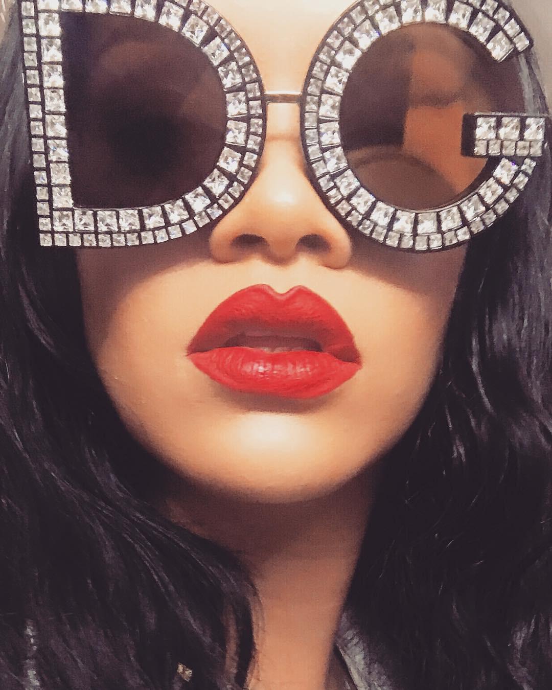 Rihanna chuẩn bị ra mắt màu son đỏ hợp với mọi tông da và quay hẳn clip dạy tô son xem là mê - Ảnh 4.