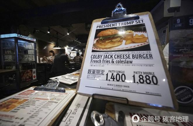 Tương tự hiện tượng bún chả Obama ở Việt Nam, người Nhật đang nô nức xếp hàng đi ăn burger Tổng thống Trump - Ảnh 3.