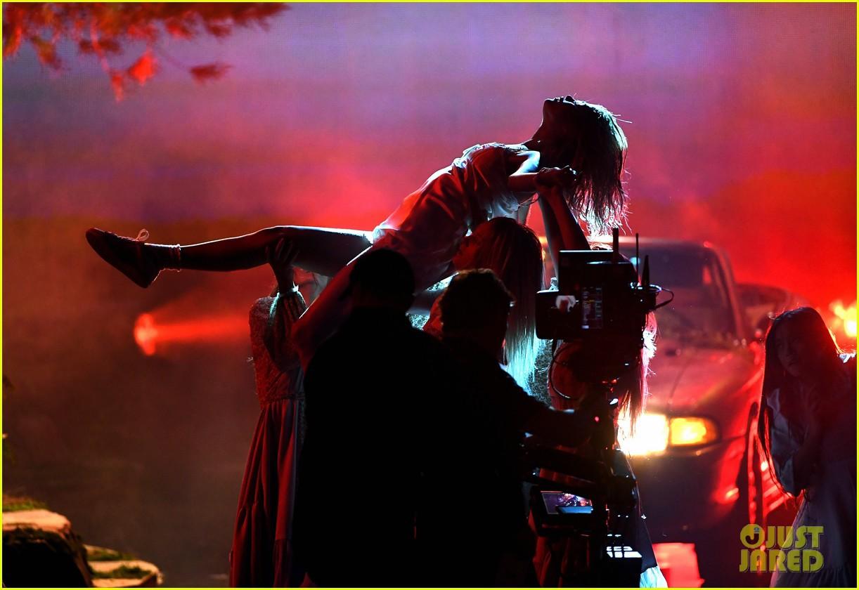 Clip: Lần đầu vàng hoe trên sân khấu nhưng Selena Gomez kém lung linh hẳn vì tóc bết - Ảnh 7.