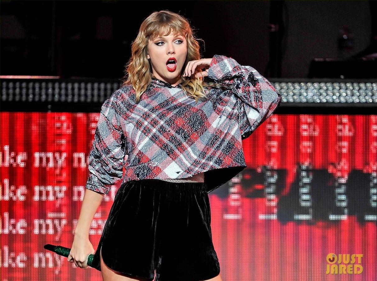 Liên tục lên sân khấu với trang phục vừa lôi thôi vừa dìm dáng, chuyện gì đã xảy ra với Taylor Swift luôn đẹp vậy? - Ảnh 5.