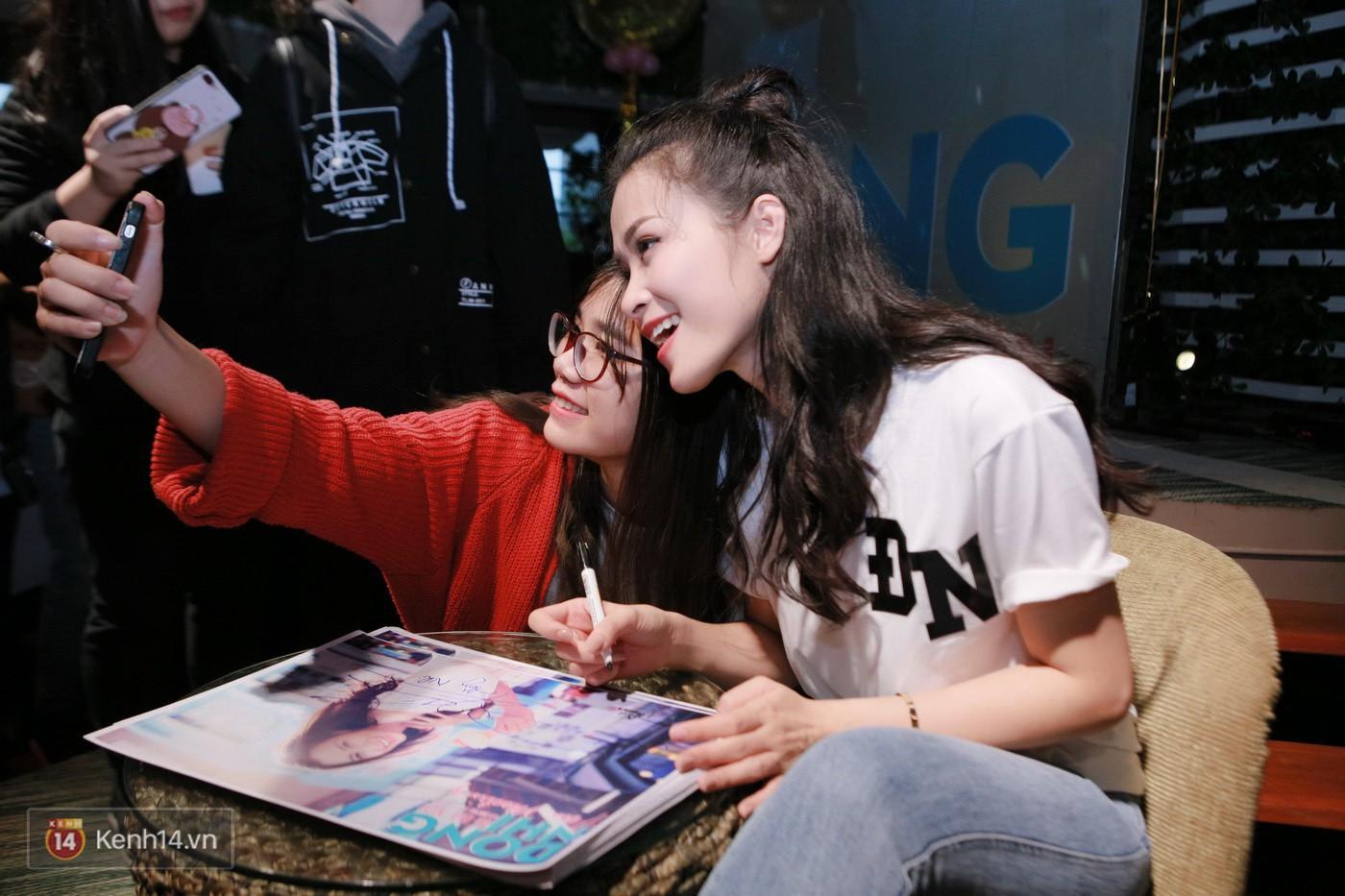 Đông Nhi nghẹn ngào rơi nước mắt trước tình cảm của fan Hà thành trong buổi fan-meeting - Ảnh 9.